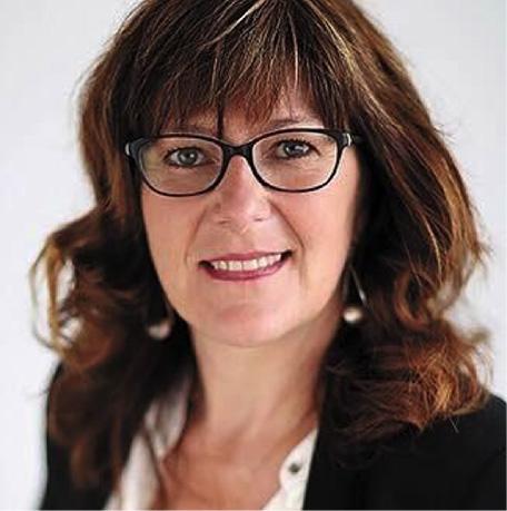 Il s'agit du portrait de la déléguée nationale MGEN en charge du projet, Isabelle Musseau-Aubry, qui nous regarde en souriant. Elle a les cheveux aux épaules, bruns et porte des lunettes.